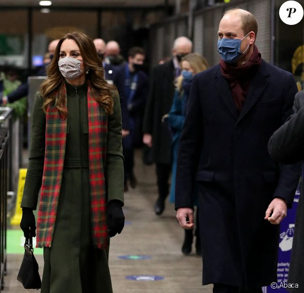 Le prince William et Kate Middleton à la gare d'Euston, à Londres, décembre 2020. Après avoir rencontré des employés ferroviaires et écouté un concert du chanteur gallois Shakin' Stevens, le couple a entamé une tournée express de 48h à travers le Royaume-Uni, à bord du train royal.