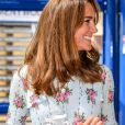 """Le prince William, duc de Cambridge, et Kate Middleton, duchesse de Cambridge, lors de leur visite à """"Island Leisure Amusement Arcade"""" à Barry (Royaume-Uni), le 4 août 2020. Venus pour discuter avec les commerçants des conséquences de l'épidémie de coronavirus (Covid-19) dans le secteur du tourisme, le couple princier n'a pas résisté au plaisir d'essayer quelques jeux de fête foraine."""