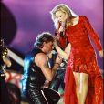Johnny Hallyday fête ses 50 ans lors d'un concert au Parc des princes en 1993, avec Sylvie Vartan.