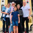 Karolina Kurkova, ses parents (à droite), son mari Archie Drury (à gauche) et leurs deux fils. Décembre 2020.
