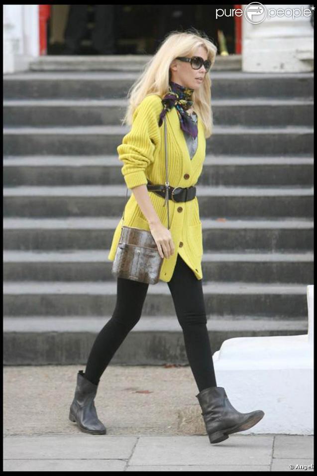 """Claudia Schiffer totalement """"in"""" à Londres, dans son legging noir et son gilet acidulé."""