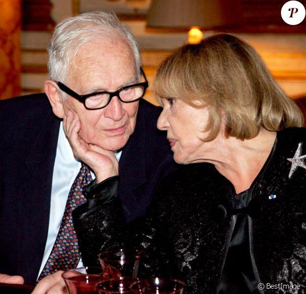 Pierre Cardin et Jeanne Moreau - Dîner en l'honneur de Jeanne Moreau donné par le ministre de la culture après la remise des insignes de commandeur de l'ordre du mérite
