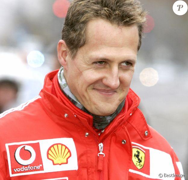 Michael Schumacher descend les Champs-Elysées en F1 pour lancer l'Institut du cerveau et de la moëlle épinière.