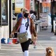 """Exclusif - Busy Philips promène son chien avec un tee-shirt appelant à voter pour Joe Biden, et sa colistière K. Harris, à New York, le 5 octobre 2020. L'actrice américaine de 41 ans rejoint le casting de la série de T. Fey, """"Girls5Eva"""" pour la plateforme Peacock."""