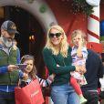 Exclusif - Busy Phillips est allée visiter la maison du père Noël avec son mari Marc Silverstein et ses filles Cricket et Birdie Silverstein à The Grove à Los Angeles, le 10 décembre 2016