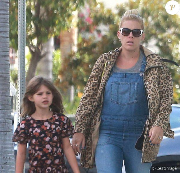 Exclusif - Busy Philips et son mari Marc Silverstein emmènent leurs deux enfants Birdie et Cricket à la boulangerie.