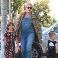 Exclusif - Busy Philips et son mari Marc Silverstein emmènent leurs deux enfants Birdie et Cricket à la boulangerie le 4 octobre 2015.