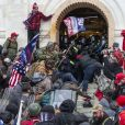 Des partisans du président Donald Trump entrent dans le Capitole des États-Unis pour contester le résultat des élections présidentielles et empêcher la procédure de certification de la victoire de Joe Biden par le Congrès à Washington. Le 6 janvier 2021.