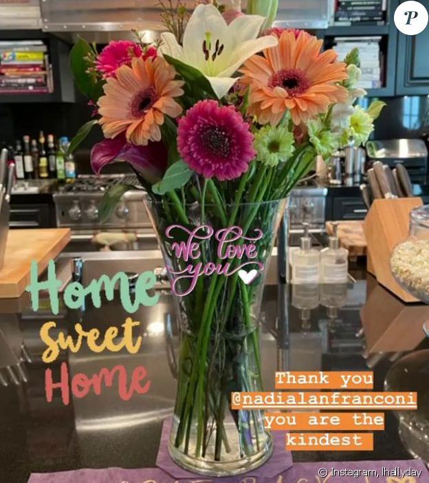 Laeticia Hallyday accueillie avec un bouquet de fleurs chez elle, à Los Angeles, le 14 janvier 2021.