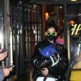 Dua Lipa porte son petit chien dans les bras à la sortie du Bowery Hotel à New York, le 20 décembre 2020.