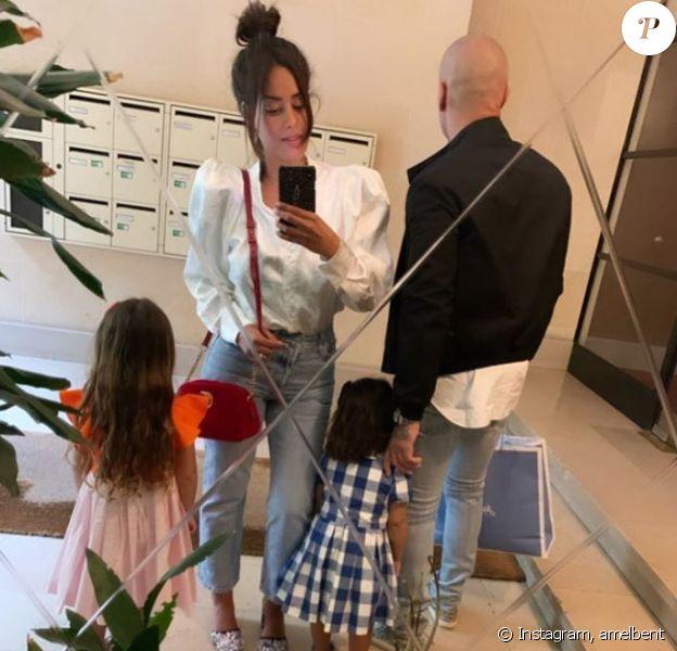 Amel Bent avec ses filles et un homme (sans doute son mari).