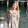 A cette occasion, la jolie Sienna Miller affiche des looks simples mais toujours très tendance.