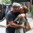Exclusif - Alec Baldwin et sa femme Hilaria s'embrassent au milieu d'un passage piéton dans les rues de New York. Le couple, marié depuis 2012 semble toujours aussi amoureux, le 25 juillet 2018.