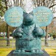 Le chat parleur - Philippe Geluck inaugure son exposition de vingt statutes du Chat en bronze sur les Champs Elysées à Paris le 26 mars 2021. © Christophe Clovis / Bestimage