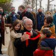 Philippe Geluck et ses petits enfants - Philippe Geluck inaugure son exposition de vingt statutes du Chat en bronze sur les Champs Elysées à Paris le 26 mars 2021. © Christophe Clovis / Bestimage