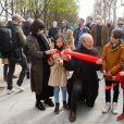 Philippe Geluck, sa femme Dany, leurs petits enfants - Philippe Geluck inaugure son exposition de vingt statutes du Chat en bronze sur les Champs Elysées à Paris le 26 mars 2021. ©