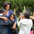 Michelle Obama dans les jardins de la Maison Blanche le 29 octobre 2009 accompagnée des enfants