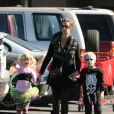 Rachel Griffiths et ses enfants déguisés ont profité d'Halloween pour effrayer les voisins du quartier le 31/10/09