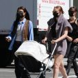 Bella Hadid, sa soeur Gigi et sa fille Khai se promènent, par une belle journée ensoleillée de printemps, dans les rues de New York. Le 8 avril 2021