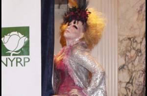 L'incroyable Bette Midler invite John McEnroe, Gloria Gaynor et Whoopy Goldberg à célébrer Halloween... en vert !