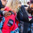 Desiree Lindstrom, la fiancée de DMX, et Tashera Simmons, l'ex femme de DMX se retrouvent pour une veillée de prières en compagnie des fans du rappeur devant l'hôpital de White Plains le 5 avril 2021.