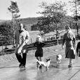 La reine Elizabeth II, le duc d'Edimbourg, la princesse Anne et le prince Charles, promenade avec les corgis à Balmoral en 1957.