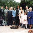 La reine Elizabeth, son mari le prince Philip, le prince Andrew, le prince Charles, le prince Harry, le prince Edward, la princesse Anne, le prince william, Zara Phillips, la princesse Beatrice et la princesse Eugenie à Balmoral en 1999.