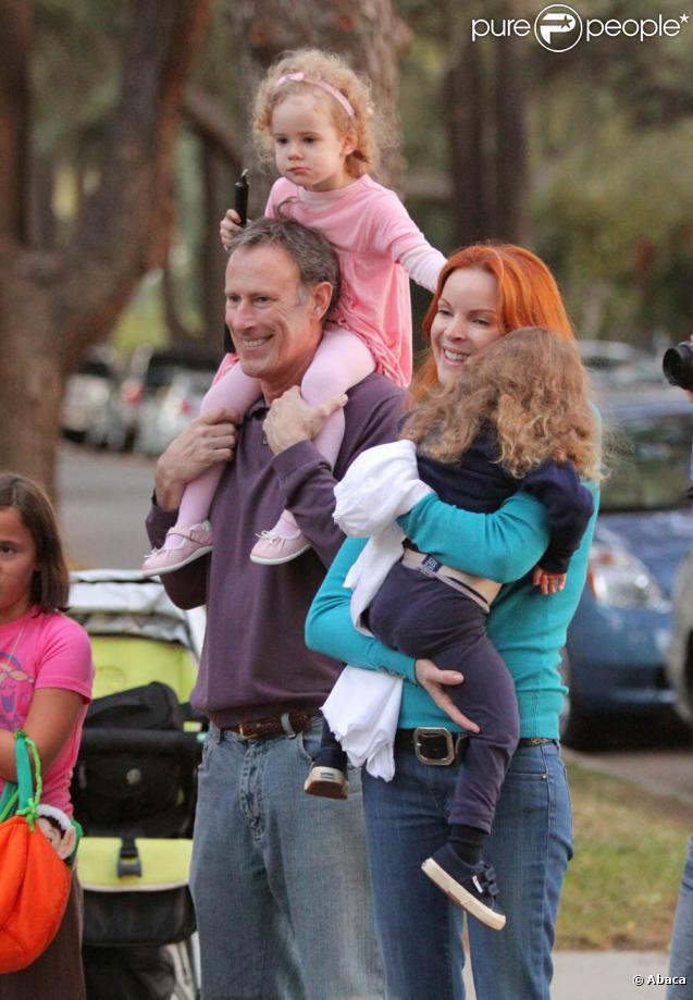 Marcia Cross et son mari Tom Mahoney emmènent leurs jumelles Eden et Savannah chez leurs amis pour fêter Halloween à Los Angeles le 31 octobre 2009