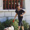 Liv Tyler promenant son chien à Beverly Hills le 16 octobre 2009