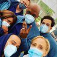 Jesse Williams (en bas à gauche) et ses collègues sur le tournage de Grey's Anatomy.