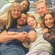 Jesse Williams, Sarah Drew (au milieu) et l'équipe de Grey's Anatomy. Mai 2018.
