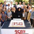 Jesse Williams (en t-shirt rose, au troisième rang) et l'équipe de Grey's Anatomy fête le 350e épisode de la série. Octobre 2019.