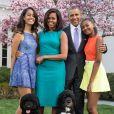 Le président américain Barack Obama, sa femme Michelle Obama et leurs filles Malia et Sasha posent en famille avec leurs chiens Bo et Sunny dans le jardin Rose de la Maison Blanche le dimanche de Pâques, à Washington.