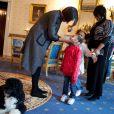 Michelle Obama recoit des visiteurs a la Maison Blanche, dans la salle bleue, en compagnie de son chien Bo, en 2010.