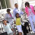 Barack Obama, son épouse Michelle et leurs filles Malia et Sasha avec leur chien Bo devant la Maison blanche en 2010.