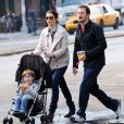 Rachel Weisz et son mari Darren Aronofsky se promènent avec leur fils Henry Chance, à New York, le 21 octobre 2009.