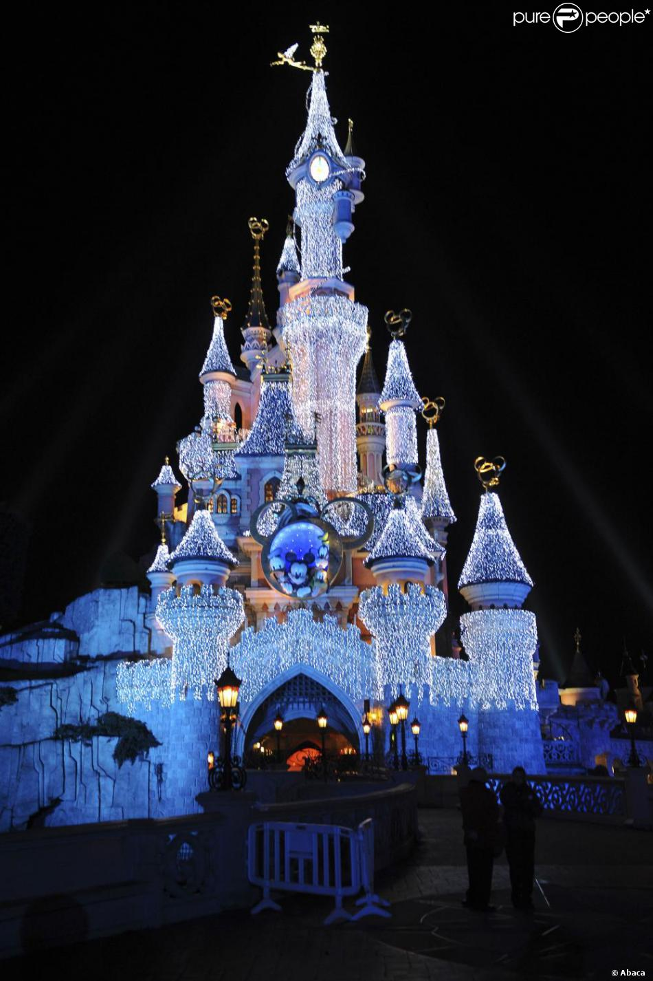disneyland paris se pr pare f ter no l comme il se doit admirez la d coration f rique d j. Black Bedroom Furniture Sets. Home Design Ideas