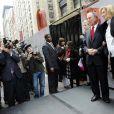 Emma Thompson inaugure l'exposition  Journey  à New York aurpès du maire Michael Bloomberg et Helen Bamber, le 10 novembre 2009.