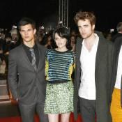 Kristen Stewart est jolie entre Robert Pattinson et Taylor Lautner... mais son styliste mérite la prison !