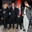 Le créateur Sign7, le commisaire-priseur Georges Delletrez (qui tient la frimousse de Sign7), Jacques Hintzy (Président de l'UNICEF France) et l'autre commisaire-priseur Pierre Cornette de Saint-Cyr