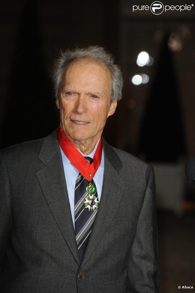 Clint Eastwood au palais de l'Elysée le 13 novembre 2009, ayant reçu la Légion d'honneur des mains de Nicolas Sarkozy