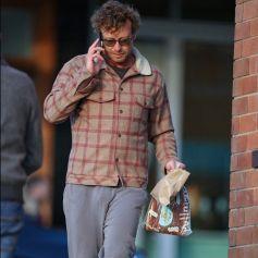 Exclusif - Simon Baker et sa nouvelle compagne Laura May Gibbs sont allés chercher des plats à emporter près de leur maison de Sydney.