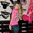 Marisa Miller a charmé les clients de la boutique Victoria's Secret à New York le 18/11/09