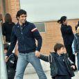 Raul et ses jumeaux Hector et Mateo, à la sortie de l'école, à Madrid, le 17 novembre 2009.