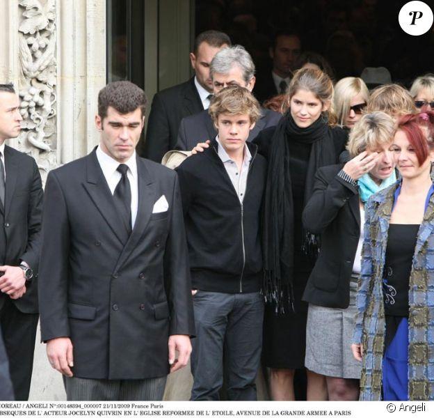 Alice Taglioni pose en famille à la sortie des obséques de Jocelyn Quivrin
