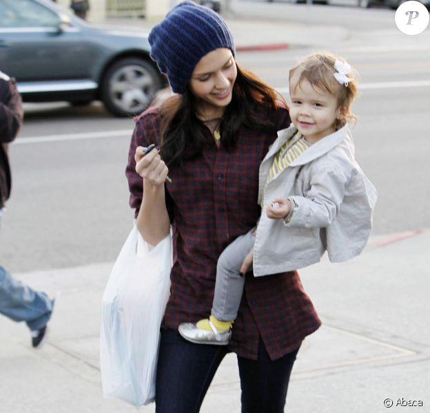 Jessica Alba et Honor en opération séduction chez le marchand de journaux à Los Angeles le 21/11/09