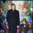 Patrick Chesnais et son petit Victor lors de l'avant-première d'Arthur et la vengeance de Maltazard, le 22 novembre 2009, au Gaumont Ambassade.