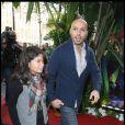 Eric Judor et sa fille aînée lors de l'avant-première d'Arthur et la vengeance de Maltazard, le 22 novembre 2009, au Gaumont Ambassade.