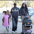 Djimon Hounsou en famille dans un parc de Malibu, le 22 novembre 2009