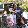 Djimon Hounsou et Kimora Lee en famille dans un parc de Malibu, le 22 novembre 2009